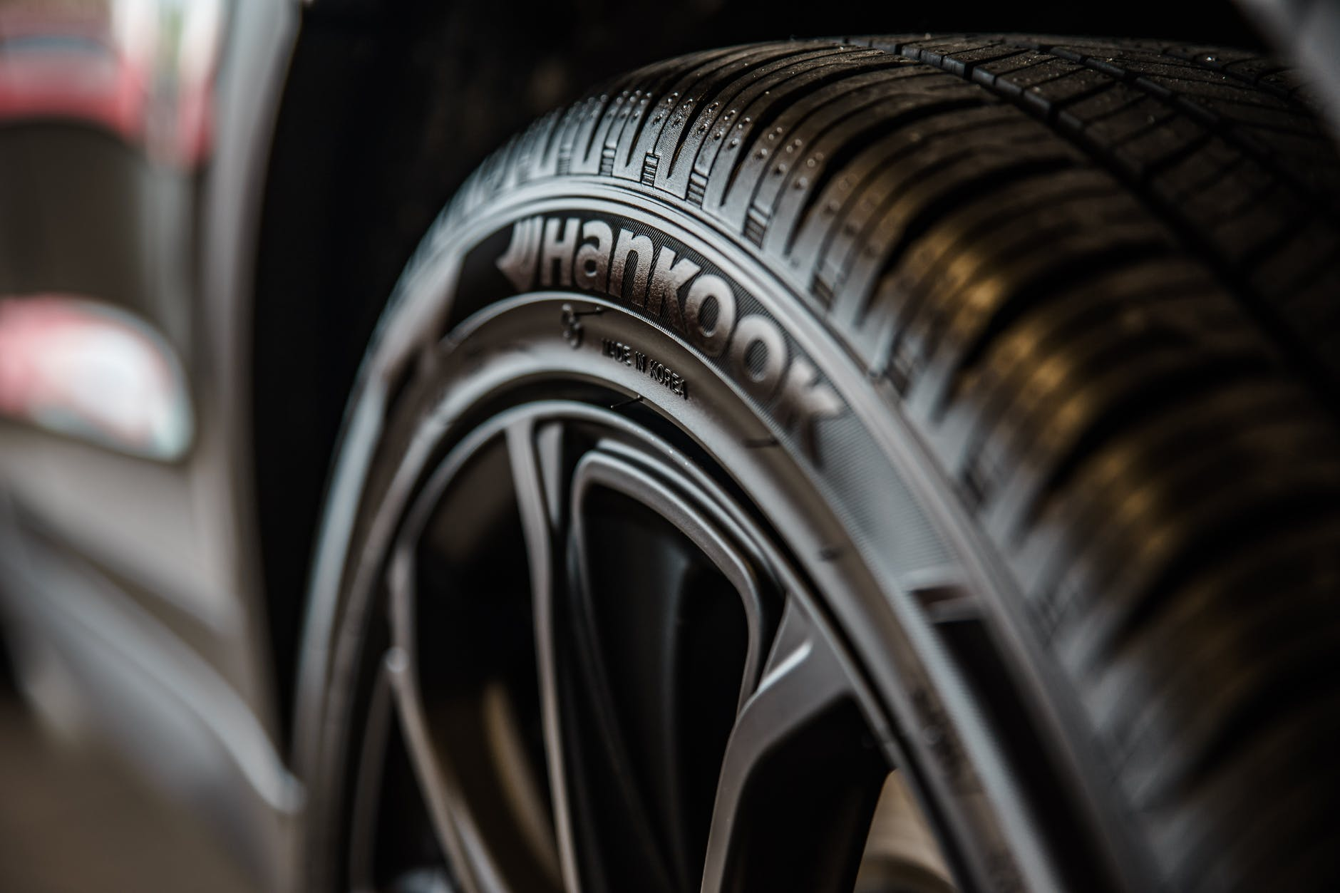 close up photography of vehicle wheel and hankook tire